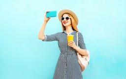 Mody uśmiechnięta kobieta bierze obrazek jaźni portret na smartphone obraz stock