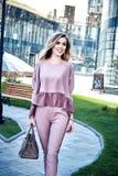 Mody ulicy stylu spojrzenia przypadkowi ubrania dla bizneswomanu Obrazy Royalty Free