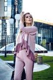 Mody ulicy stylu spojrzenia przypadkowi ubrania dla bizneswomanu Zdjęcie Royalty Free