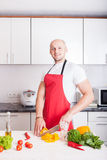 Młody uśmiechnięty mężczyzna kucharstwo Obraz Royalty Free