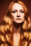 mody włosianego portreta czerwoni kobiety potomstwa zdjęcia royalty free