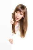 Młody z podnieceniem kobiety mienie reklamuje białą deskę Zdjęcie Royalty Free