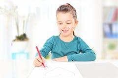 Młodych dzieci rysunkowi serca na kawałku papieru, indoors Zdjęcia Stock
