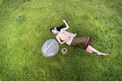 Młodych kobiet ludzie śpią relaksować Obrazy Stock