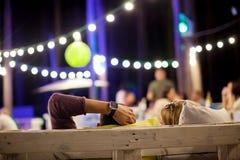 Młodzi człowiecy w lato kawiarni w wieczór Fotografia Stock