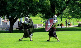 Młodzi człowiecy w średniowiecznym kostiumu, ponownym - odgrywać bitwę, kongresu park, Saratoga, 2 Zdjęcia Stock