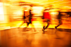 Młodzi ludzie chodzi w dół robiący zakupy ulicę Obrazy Stock