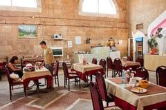 Młodzi ludzie opuszczają tradycyjnej Środkowej Azjatyckiej kawiarni po lunchu Obrazy Royalty Free