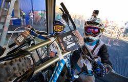 Młodzi sportowowie w wagonie kolei linowej Fotografia Royalty Free
