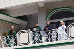 Młodzi szczęśliwi muzułmańscy nastolatkowie w meczecie Zdjęcie Stock