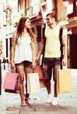 Młodzi turyści w zakupy wycieczce turysycznej Zdjęcie Royalty Free