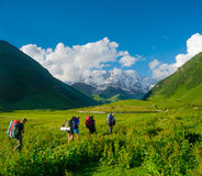Młodzi wycieczkowicze trekking w Svaneti Fotografia Royalty Free