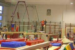 Młodzieżowe gimnastyczki w szkoleniu Zdjęcia Stock