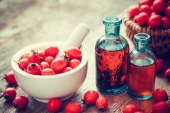 Moździerz głogowe jagody, dwa tincture butelki i cierniowego jabłko, Obraz Stock