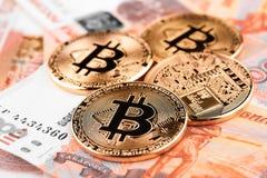 Moeda Bitcoin na perspectiva dos rublos de russo Fotos de Stock Royalty Free