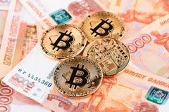 Moeda Bitcoin na perspectiva dos rublos de russo Foto de Stock