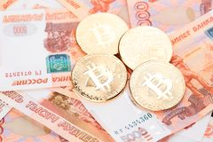 Moeda Bitcoin na perspectiva dos rublos de russo Fotos de Stock