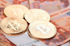 Moeda Bitcoin na perspectiva dos rublos de russo Imagens de Stock Royalty Free