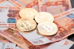 Moeda Bitcoin na perspectiva dos rublos de russo Imagem de Stock Royalty Free