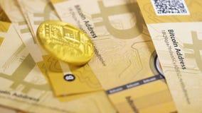 A moeda Bitcoins de Digitas cai para baixo na pilha das moedas filme