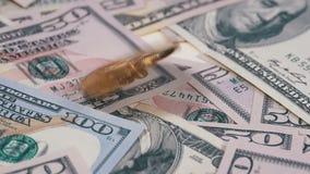 A moeda BTC de Bitcoin do ouro gerencie, torce, roda, giro e quedas na tabela com dólares Movimento lento vídeos de arquivo