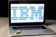 Moeda com o logotipo do IBM em uma tela do portátil, Eslovênia de Bitcoin - 23 de dezembro de 2018 fotografia de stock