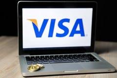 Moeda com o logotipo do visto em uma tela do portátil, Eslovênia de Bitcoin - 23 de dezembro de 2018 fotos de stock royalty free