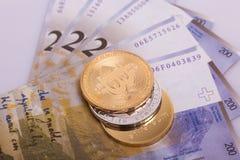 Moeda cripto da moeda de Bitcoin sobre cédulas dos francos suíços Imagem de Stock Royalty Free
