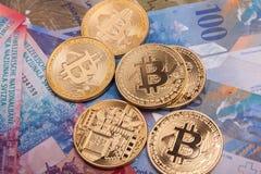 Moeda cripto da moeda de Bitcoin sobre cédulas dos francos suíços Fotos de Stock