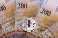 Moeda cripto da moeda de Bitcoin sobre cédulas dos francos suíços Foto de Stock