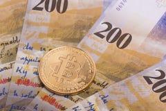 Moeda cripto da moeda de Bitcoin sobre cédulas dos francos suíços Foto de Stock Royalty Free