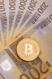 Moeda cripto da moeda de Bitcoin sobre 200 euro- cédulas Fotografia de Stock