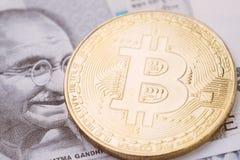 A moeda cripto de Bitcoin, dinheiro digital no conceito da Índia, fechou-se acima do tiro da moeda física com alfabeto do sinal d foto de stock royalty free