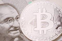 A moeda cripto de Bitcoin, dinheiro digital no conceito da Índia, fechou-se acima do tiro da moeda física com alfabeto do sinal d fotografia de stock