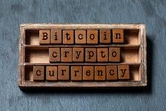 Moeda cripto de Bitcoin e conceito digital do dinheiro Caixa do vintage, frase de madeira dos cubos com letras do estilo antigo P fotografia de stock royalty free