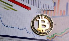 Moeda cripto de Bitcoin sobre diagramas Imagens de Stock Royalty Free
