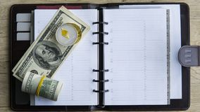 Moeda cripto de Ethereum sobre 100 biils do dólar no bloco de notas Lucro de minar moedas criptos Mineiro com dólares Imagens de Stock