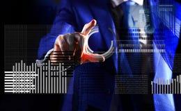 Moeda cripto do investimento Gráfico de negócio virtual interativo da exposição da mão Crie a carteira virtual Dinheiro virtual d fotografia de stock