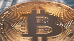 A moeda Cryptocurrency de Bitcoin do ouro, BTC está girando no fundo com dólares americanos filme