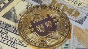 A moeda Cryptocurrency de Bitcoin do ouro, BTC gerencie no fundo com dólares americanos video estoque