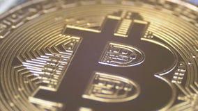 A moeda Cryptocurrency de Bitcoin do ouro, BTC gerencie no fundo com dólares americanos vídeos de arquivo