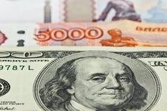 Moeda: Dólares americanos e rublos de russo Imagens de Stock