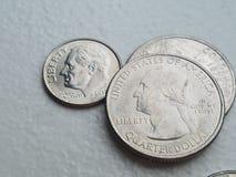 Moeda da moeda dos E.U. na moeda de dez centavos e nos quartos da liberdade do close up foto de stock