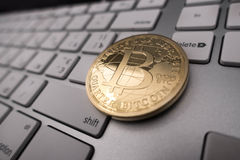 Moeda da lembrança de Bitcoin no teclado Imagens de Stock Royalty Free