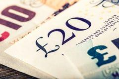 Moeda da libra, dinheiro, cédula Moeda inglesa Cédulas BRITÂNICAS de valores diferentes empilhadas em se Fotografia de Stock