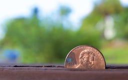 Moeda da moeda de um centavo com fundo do borrão Fotografia de Stock