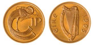 1 moeda da moeda de um centavo 1995 isolada no fundo branco, Irlanda Imagem de Stock
