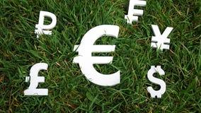 Moeda da troca do Euro em um fundo da grama Imagens de Stock Royalty Free