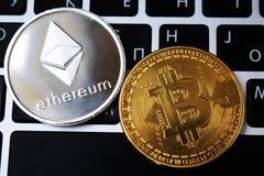 A moeda das moedas virtuais de Ethereum e de Bitcoin financia o dinheiro no teclado do portátil do computador Negócio, anúncio pu foto de stock