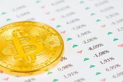 Moeda de Bitcoin com indicadores financeiros Fotografia de Stock